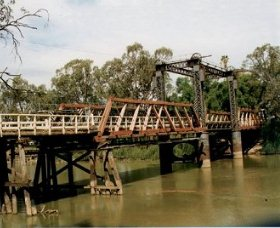 Swan Hill - Murray River Road Bridge - Hotel Accommodation