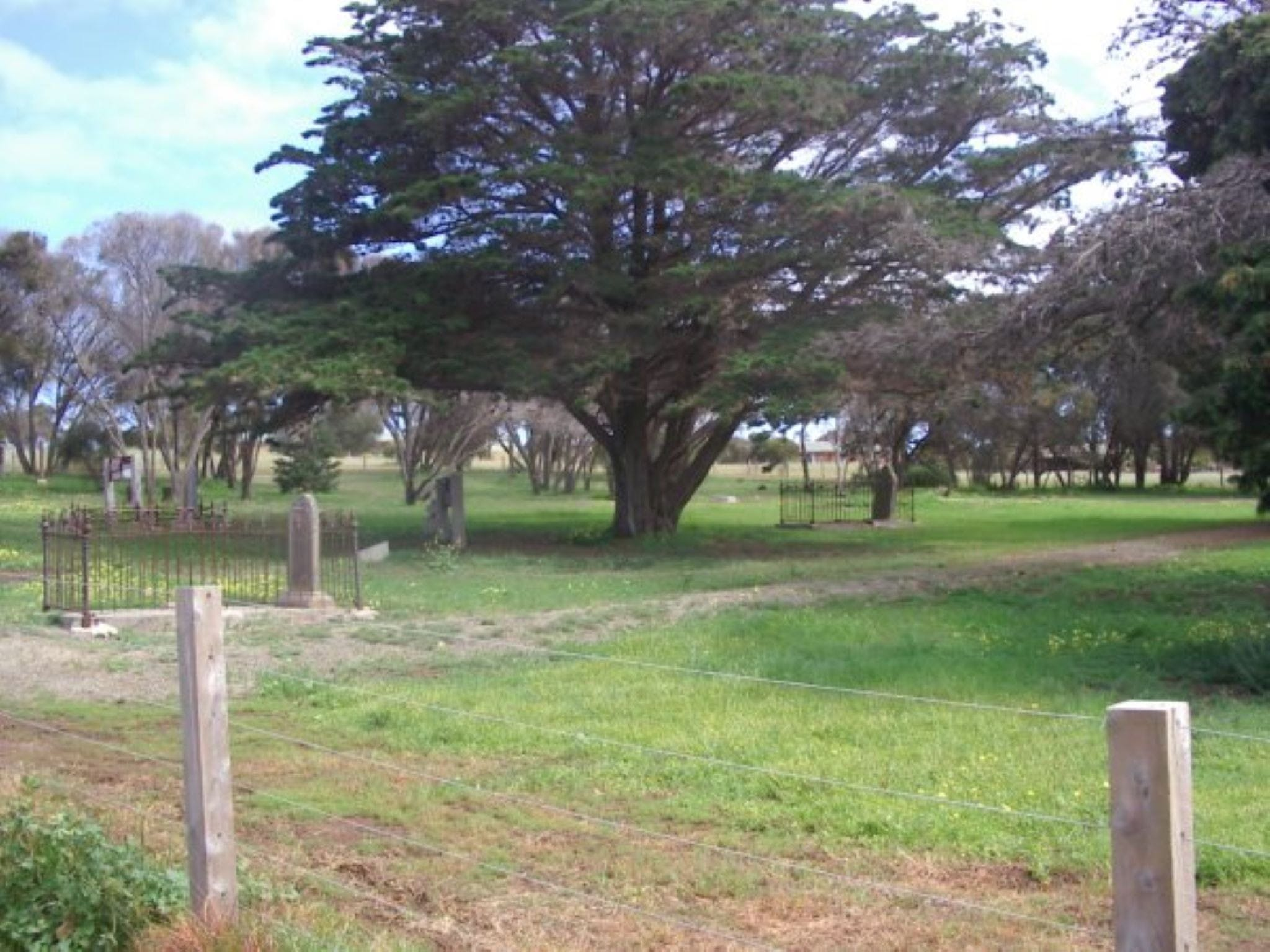 Old Cemetery Kingscote - Hotel Accommodation